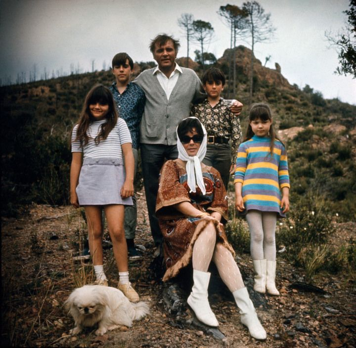 0 Elizabeth TAYLOR and Richard BURTON, with Elizabeth Frances (left), Maria (right), Christopher and Michael and her pekingese