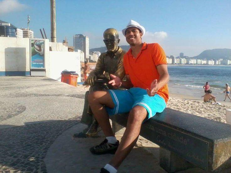 Eu no RIO DE JANEIRO com a estatua de Carlos Drummond