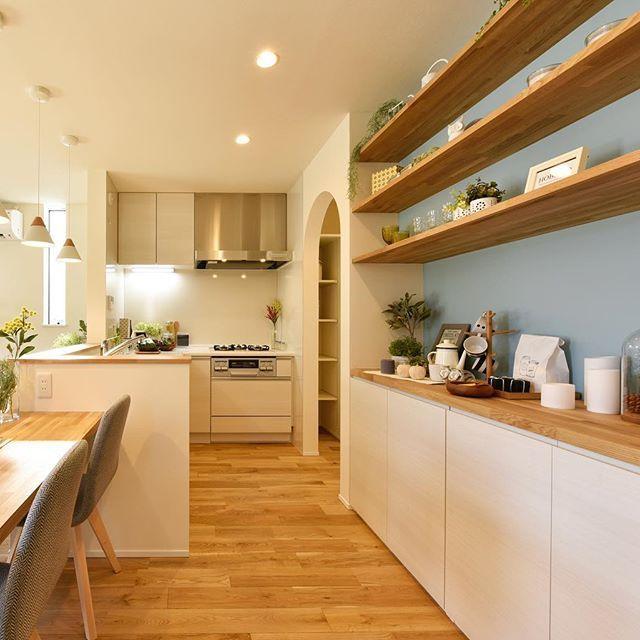 L型キッチンに背面は造作収納。奥にはパントリー。使い勝手と機能性、デザインが全て詰め込まれたキッチンです。アクセントのブルーがかわいらしさと空間のポイントになっています。 #注文住宅#住宅#新築#家#マイホーム#無垢材#オーク#春風塗装#パッシブデザイン#se構法#インテリア#北欧デザイン#キッチン#パントリー#造作収納#L型キッチン
