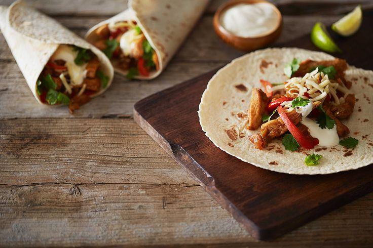Fajitas med kylling og revet ost er en god og enkel rett. En sikker vinner på fredagskvelden, og et godt alternativ til den tradisjonelle tacoen.