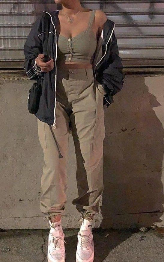 Neutrales Outfit mit Jacke. Super lässige Vibes und Streetwear