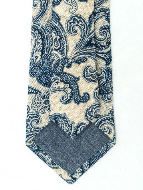 Corbata de seda y lana confeccionada en la región de Como (Italia) de manera artesanal, siguiendo la tradición italiana. Corbata de 8 centímetros de ancho de pala, con fondo beige y diseño paisley en color azul. www.soloio.com  #soloio #soloiomioda #shoponline #tie #corbata #menstyle #bespocke #suitup