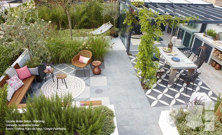 Binnen buitentuin met vtwonen buitentegels buitenkeuken duostone dessin flower white on black - Moderne buitentuin ...