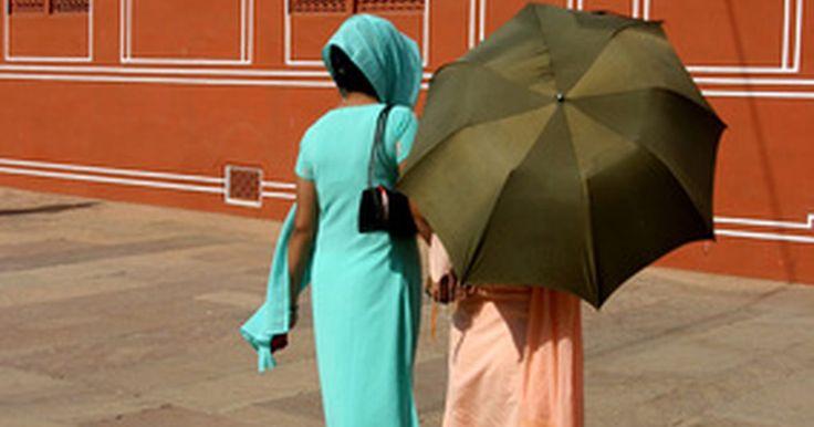 Que roupas usar na Índia. Apesar das roupas que vemos as estrelas de Bollywood usando na Índia, é mais adequado que as mulheres usem roupas modestas que cubram todo o comprimento dos braços e pernas. Além de um sinal de respeito às tradições culturais, também evita que recebam comentários obscenos. Deixe os shorts, regatas e roupas justas em casa, bem como qualquer peça ...