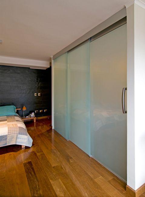 Sistema corredizo colgante para puertas de vidrio de hasta 80 kg. El sistema permite que mediante un solo movimiento se abran ambas puertas sincronizadamente en sentido telescópico. Las mordazas a presión evitan el mecanizado del vidrio.