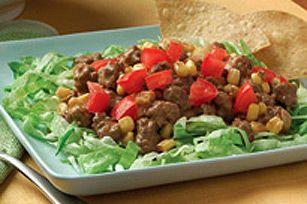 La salade repas idéale des soirs où l'on est pressé! Du bœuf haché bien assaisonné, du maïs et du fromage, le tout servi sur un lit de laitue et accompagné de croustilles tortillas.