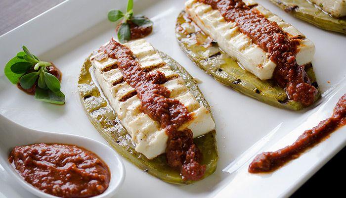 Nopales con queso y salsa de Chile de Árbol