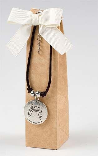 Regalos para los invitados. Pulsera cordón con medalla ángel. Se entrega en caja alta con dos bombones, lazo otoman y tarjeta precortada impresa, nombre y fecha del evento.