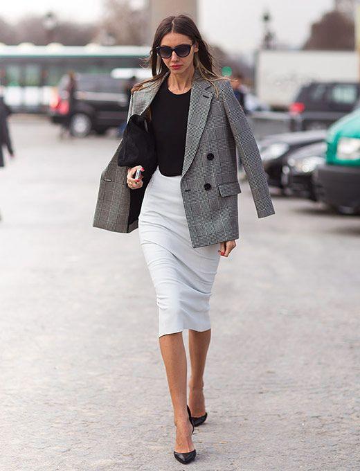 look para o trabalho com saia branca, blusa preta e blazer cinza com padronagem xadrez