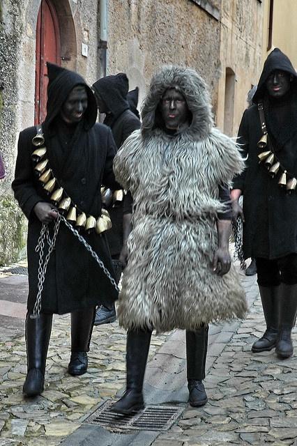 Carnevale di Fonni:S'Urthu e sos Buttudos . S'Urthu, l'animale, ha il consueto campanaccio ed è vestito di pelli nere o bianche, di montone o di caprone, e viene tenuto alla catena da sos Buttudos, uomini incappucciati vestiti di nero, con dei campanacci sulle spalle. Le due maschere, che compaiono per i fuochi di Sant'Antonio, mettono in scena la classica lotta tra bene e male, tra l'uomo e l'animale: