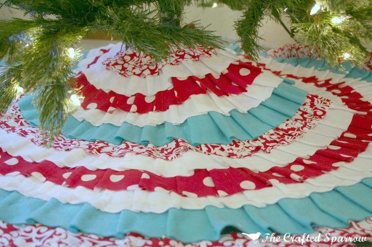 Darling no-sew Christmas tree skirt!Crafts Sparrows, Skirts Tutorials, No Sewing, Christmas Crafts, Glue Guns, Diy Christmas Trees, Christmas Trees Skirts, Christmas Ideas, Christmas Tree Skirts