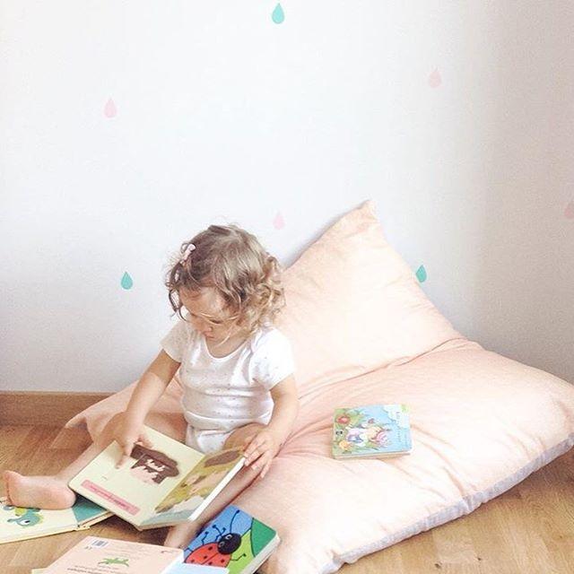 @sofiaparapluie dice que nuestro cojín gigaaaaaante es el rincón favorito de su bandida para pasar el rato leyendo y nosotros no podemos estar más contentos! 😘 #cojindesuelo #bandidekids #lascamasestanparadeshacerlas
