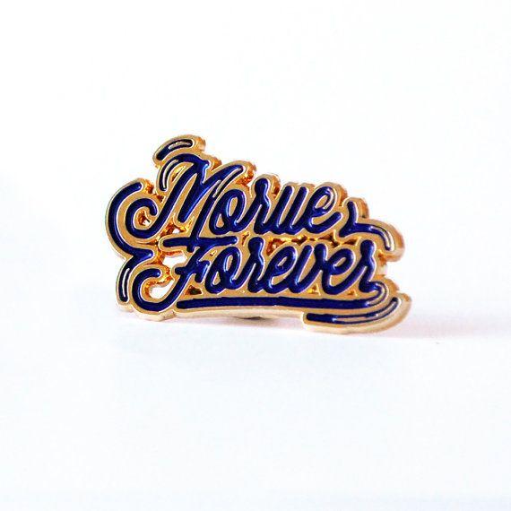 Pins émaillé Morue Forever Les années 90 sont de retour : coucou les pins ! Destiné à toutes les morues (amies, copines, cousines, vous !), ce pins ira très bien sur votre veste en jean :) #annéescollège  INFORMATION PRODUIT :  • Matériel : contour en métal doré et couleur en émail (blanc) • Dimensions : 3,5 x 2 cm • Les pins Morue Forever, sont emballés avec une carte dans une pochette plastique transparente, et envoyés dans une enveloppe à bulles et avec un numéro de suivi.  Copyright ©…