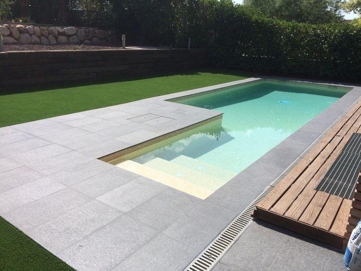 Con un diseño moderno y minimalista, presentamos la piscina construida en Les Franqueses del Vallès. Se trata de una piscina de obra gunitada de medidas irregulares en forma de L. Cuenta con una profundidad de 1m a 1,60m con escalera de obra interior y revestimiento Gresite Ezarri serie niebla color mix beige. La coronación de la piscina esta realizada en piedra natural basáltico.