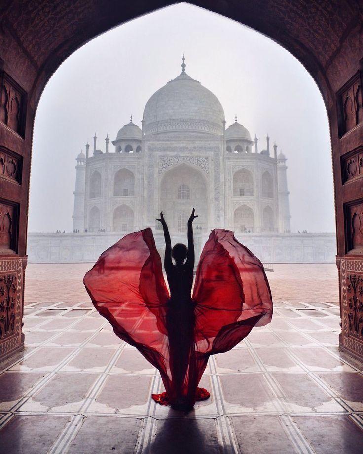 Elle parcourt le monde et prend la pose avec des robes extraordinaires