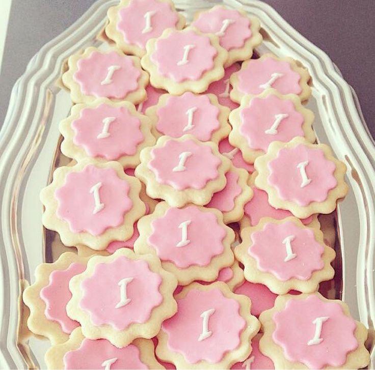 Något som är otroligt lätt och uppskattat är personliga kakor. Till babyshower, dop, bröllop eller kanske nu till alla hjärtans dag? 😉Hitta ett recept på vanliga vaniljkakor och dekorera dem med…