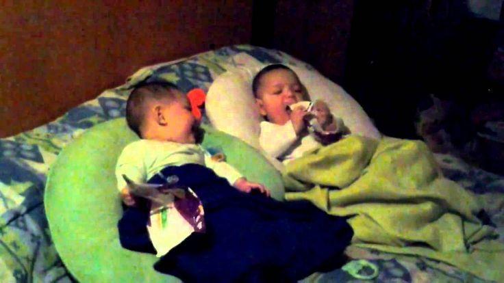 cool Videos chistosos de bebes bailando: Gemelo bebe hace reir a su hermano 3