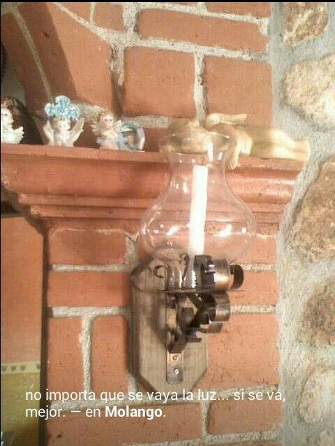 Candil o candelabro rustico en hoja lata, madera y vidrio.