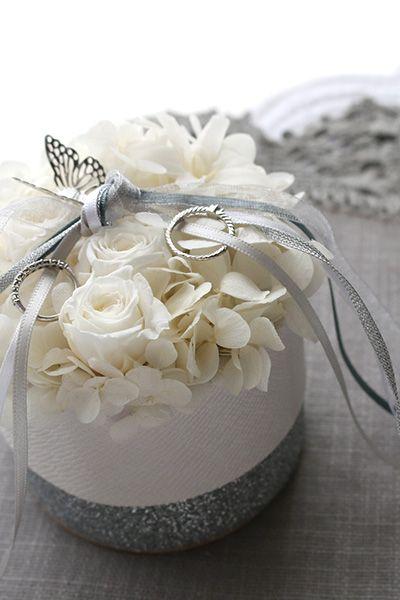 ring pillow, Butterfly ふわふわの白いお花に、幸運のモチーフのバタフライがとまったリングピロー http://www.fleuriste-glycine.jp/