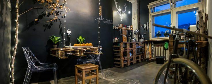Kuchyně je černá, aby vynikly detaily: obnažený skelet domu, přiznané potrubí od topení nebo dřevěné palety.