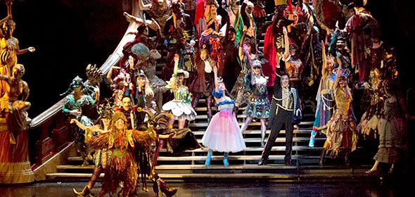 """オペラ座の地下深くに棲む""""オペラ座の怪人""""と歌姫クリスティーヌの悲哀を美しく厳かに描いた劇団四季ミュージカル『オペラ座の怪人』。甘美な旋律にのせて、豪華絢爛なオペラ座を舞台に繰り広げられる世界でもっとも切ない恋とは。"""