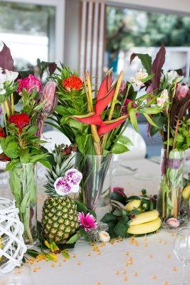 Matrimonio in spiaggia esotico. Il centrotavola stile hawaiano