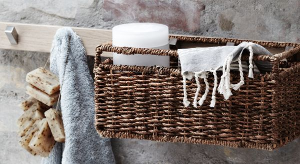 Arrange a line of free-floating and open Calidris rails and baskets in atypical patterns to create asymmetry with the simple and clean lines of the room.