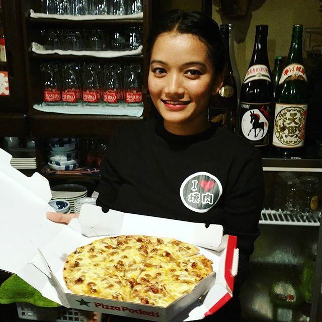 2017年10月28日(土)  今日は…  団体のお客様、昼の特別営業でした❤  いろいろありまして、疲れ果てました!(笑)  お昼ごはん、スタッフ達にピザをプレゼント❤  外国人はピザが好きですね♪  さぁて、夜の営業も頑張ります❤  #福岡 #糸島 #焼肉はなふさ #はなふさ #肉 #焼肉 #肉活 #肉男 #肉好き #肉テロ #フォトジェ肉 #食テロ #食べスタグラム #飯テロ #ランチ #福岡ランチ #糸島ランチ #ピザ #pizza #看板娘 #グルメ #福岡グルメ #糸島グルメ #疲れた #pizzapockets