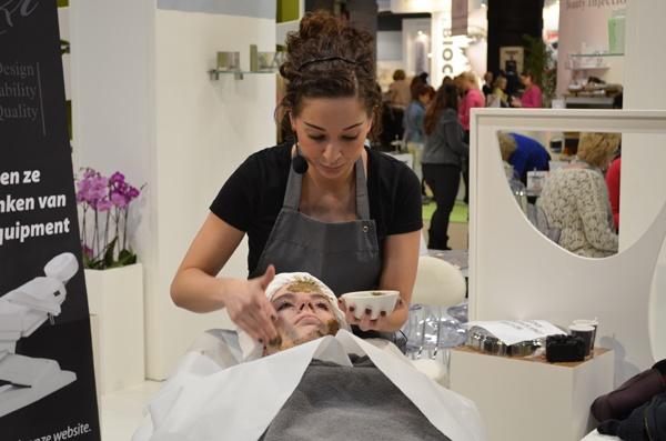 Blogger Aranka (byaranka.nl) ondergaat een Bio-Peeling behandeling.