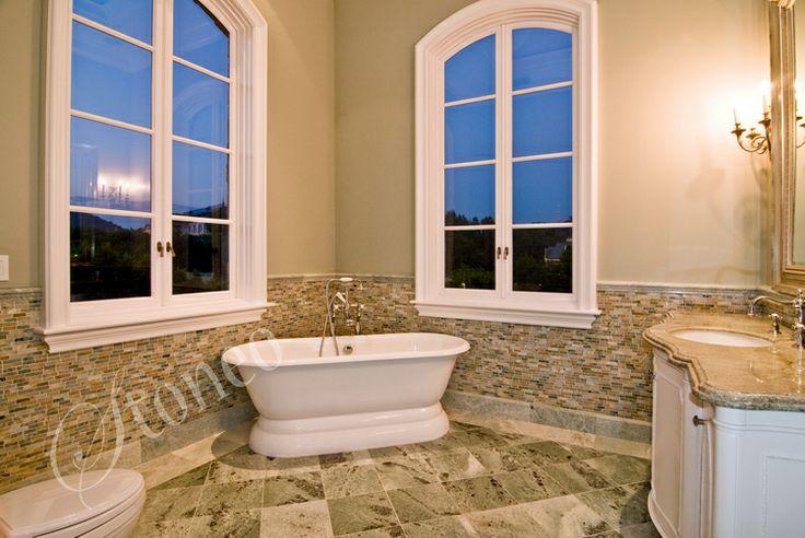 Łazienka wykończona trawertynem