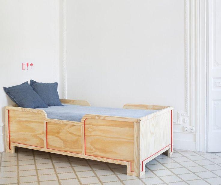 lit enfant en bois avec contour en rouge pour une chambre de fille ou de gar on chambre. Black Bedroom Furniture Sets. Home Design Ideas
