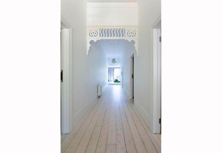 Il lungo corridoio interno -tipico delle villette di epoca edoardiana – è stato dipinto con una vernice chiara, capace di illuminare gli spazi e creare una nuova sensazione di spaziosità