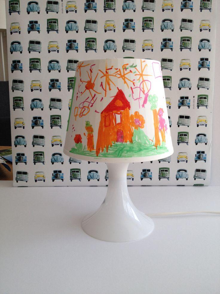 Een leuk idee voor knutselactiviteit. ( lamp heeft een plastic kap) Lamp te koop bij Ikea ( Lampan 2,49 euro tafellamp) en de stiften die zijn gebruikt,zijn porseleinstiften. Leuk om te doen en altijd een succes.