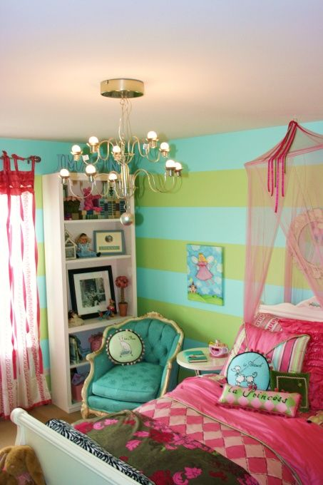 Bright colors play together so nicely in this room.