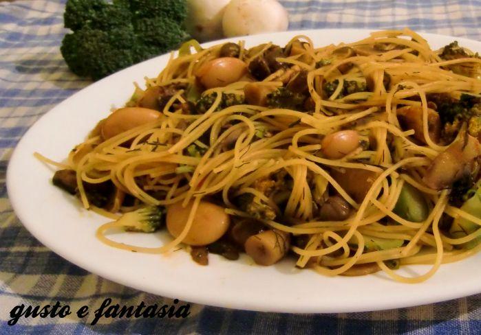 Gli spaghetti vegetariani sono un ottimo primo piatto ricco di gusto e di sapori. Ottimi per ogni occasione, a pranzo e a cena saranno graditi a tutti.