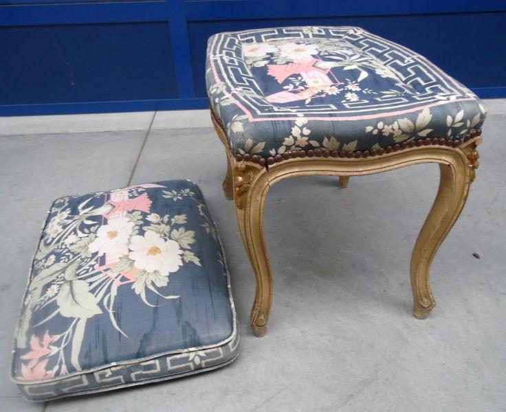 Sgabello poggiapiedi laccato e dorato in stile Luigi XV con cuscino
