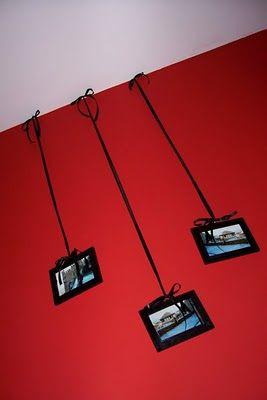 Lo más común para decorar paredes, es colgar marcos con cuadros, pinturas, láminas o hasta fotos.Para lograr que una pared decorada de una forma tan común como con cuadros colgados, se convierta en algo distinto y original