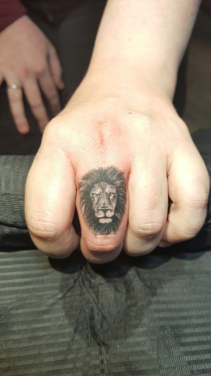 Finger Tattoo Small Lion @valentinpoptattoo