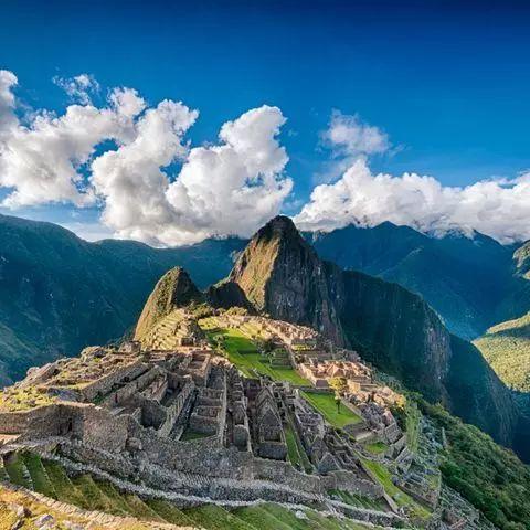 Die Inkas erbauten die Stadt im 15. Jahrhundert in 2360 Metern Höhe auf einem Bergrücken in den peruanischen Anden. Dass die Gründe für den Bau der hoch gelegenen Stadt bis heute im Dunkeln liegen, macht sie nur noch faszinierender.