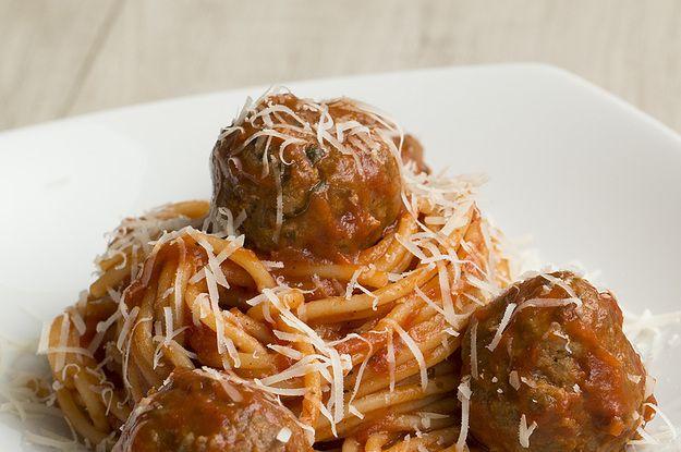 Aprenda a fazer o macarrão com almôndegas recheadas:   Surpreenda com este macarrão com almôndegas recheadas de queijo