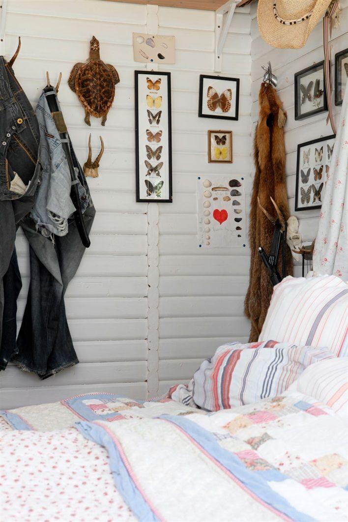Sovrum med fjärilstavlor