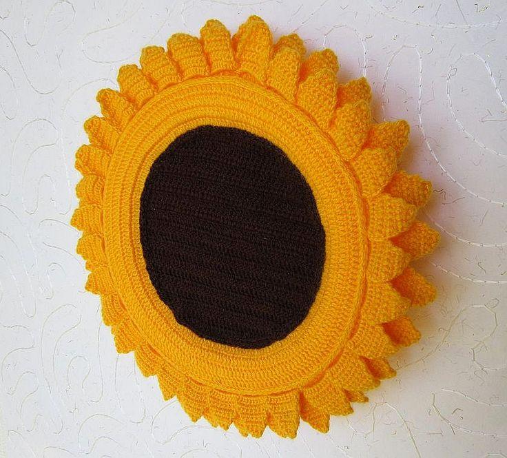 Věneček slunečnice Originální háčkovaný věneček ve tvaru slunečnice. Oživí dekoraci dveří nebo bytu. Investice se do tohoto věnečku vyplatí: nikdy neuvadne, neopadá listí a ani nepoškodí dveře. Je na dlouho. Průměr 33 cm.
