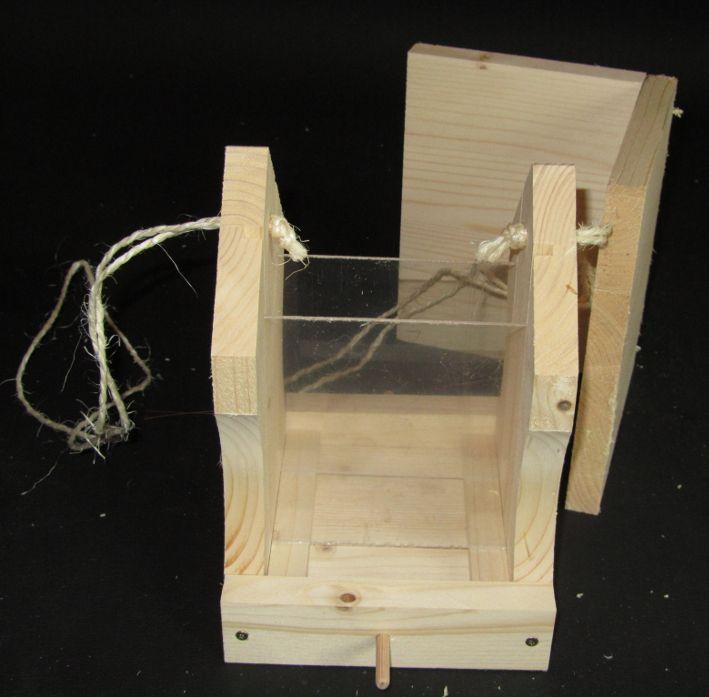 Vogelhaus-Bausatz: Die Aufhängeschnur wird durchs Dach eingefädelt und oben an den Seitenteilen befestigt.