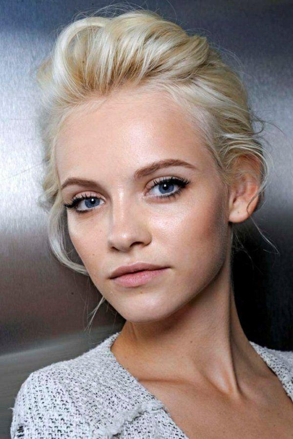 blond-doré-femme-couleur-de-cheveux-teinture-yeux-bleus
