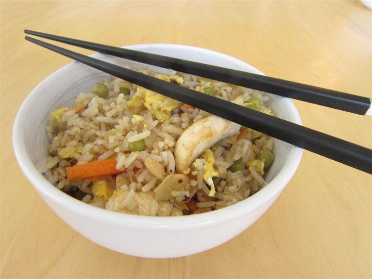 Egyszerű és finom kínai sült rizs recept csirkehússal, zöldségekkel. A legkönnyebb, legfinomabb étel maradék rizsből!
