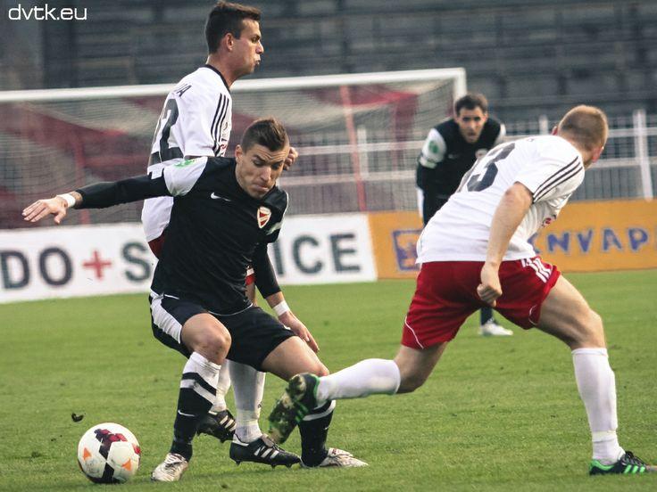 Takács Péter sokat dolgozott a középpályán  Ligakupa A-csoport 6. forduló Diósgyőri VTK - Kisvárda 7-1 (4-1) Gólszerző: Tisza (1-0) a 11., Batioja (2-0) a 28., Tisza (3-0) a 34., Barzó (3-1) a 37., Futács (4-1 a 42., Bacsa (5-1) az 53., Tisza (6-1) a 71., Debreceni (7-1) a 88. percben.