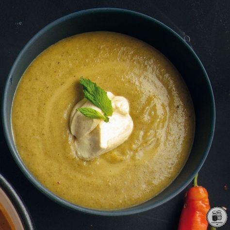 Καυτερή σούπα με μπρόκολο, γιαούρτι & δυόσμο