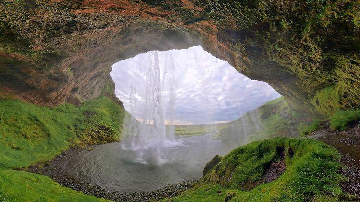 大自然の国アイスランド南部に位置する、まるでファンタジーの世界のような滝「セリャラントスフォス」。自然の雄大さを感じる圧巻の風景。