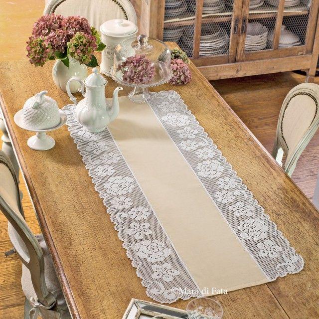 Lino avorio, schema su carta a quadretti e occorrente ( 3 gomitoli di cotone cordonetto 16 ) per realizzare il runner da tavola con bordi a filet, motivo del disegno floreale