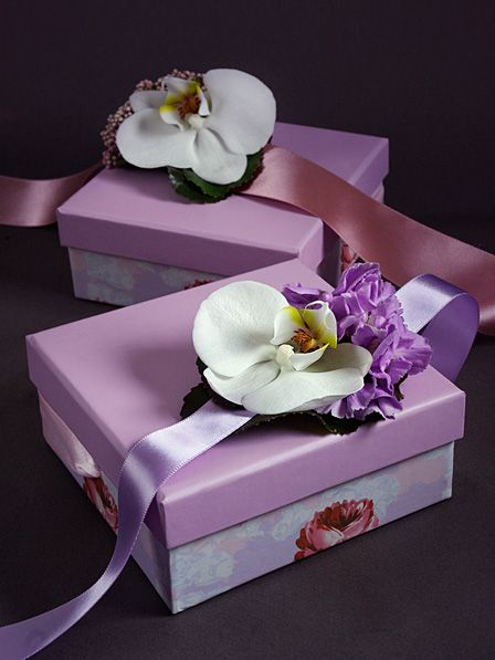 Оформление праздничного ужина в гостинице Lotte Hotel. Милые комплименты для дам: браслеты из живых орхидей. http://coralcharm.ru/news_item/5/